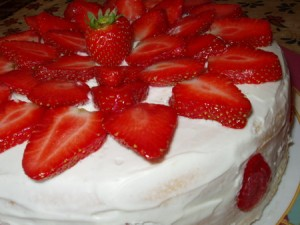 biskvitnyj-tort-so-slivochnym-kremom-i-klubnikoj