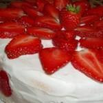 Бисквитный торт с кремом из сливок и клубникой