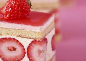 клубничное пирожное со взбитыми сливками