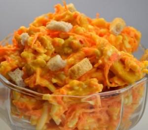 салат с сухариками, сыром и морковью