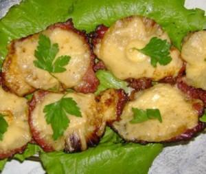 Отбивные с ананасом, сыром и чесноком в духовке