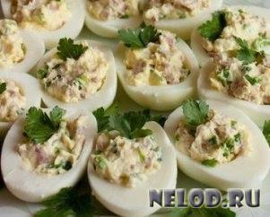 """Закуска """"Яйца, фаршированные ветчиной"""""""