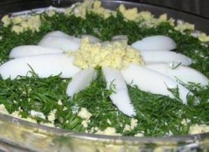 Салат из печени трески с яйцами и зеленым горошком