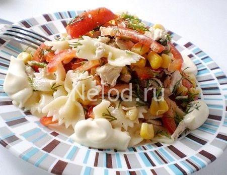 Салат с макаронами и ветчиной